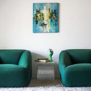 Пример оригинального дизайна: маленький коридор в стиле ретро с белыми стенами и ковровым покрытием