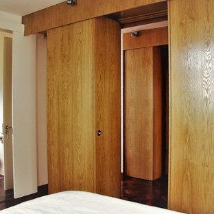 Exempel på en modern hall, med plywoodgolv