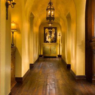 Неиссякаемый источник вдохновения для домашнего уюта: большой коридор в средиземноморском стиле с бежевыми стенами и темным паркетным полом