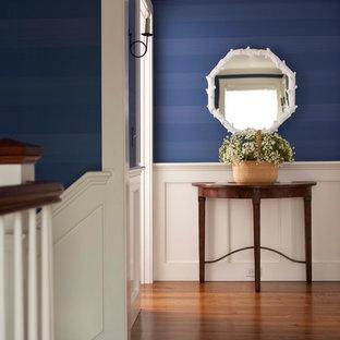 Mittelgroßer Klassischer Flur mit blauer Wandfarbe und dunklem Holzboden in Boston