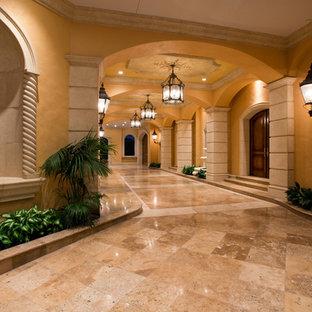 Exempel på en mycket stor medelhavsstil hall, med gula väggar och marmorgolv