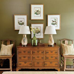 На фото: коридор в классическом стиле с зелеными стенами и темным паркетным полом с