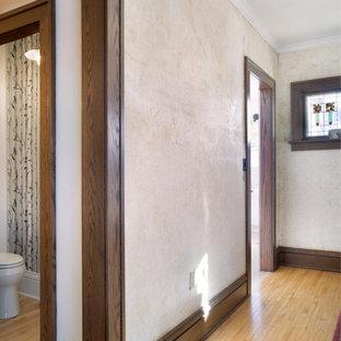 Aménagement d'un petit couloir classique avec un mur marron, un sol en bois clair, un sol marron, un plafond à caissons et du papier peint.