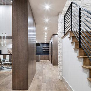 Неиссякаемый источник вдохновения для домашнего уюта: большой коридор в стиле модернизм с белыми стенами, паркетным полом среднего тона, коричневым полом, деревянным потолком и панелями на части стены