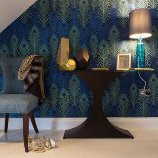 ハートフォードシャーの中サイズのモダンスタイルのおしゃれな廊下 (磁器タイルの床、マルチカラーの壁) の写真