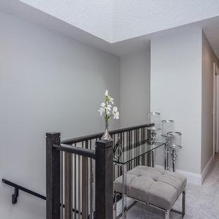 Ispirazione per un piccolo ingresso o corridoio design con pareti grigie, moquette e pavimento grigio