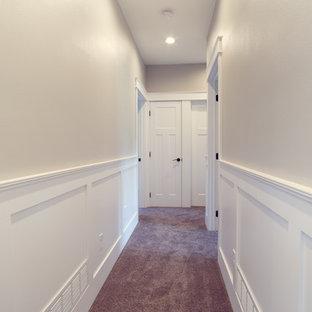 Foto de recibidores y pasillos clásicos, de tamaño medio, con paredes blancas y moqueta