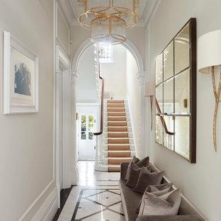 Immagine di un ingresso o corridoio vittoriano con pareti beige