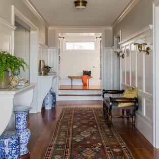 Пример оригинального дизайна: большой коридор в морском стиле с серыми стенами и паркетным полом среднего тона