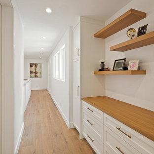Idéer för att renovera en stor lantlig hall, med vita väggar och ljust trägolv