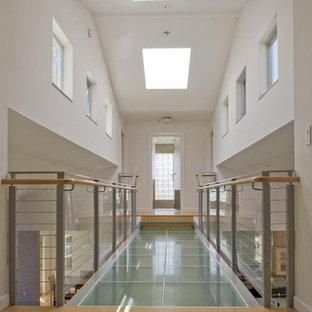 Diseño de recibidores y pasillos contemporáneos con paredes blancas