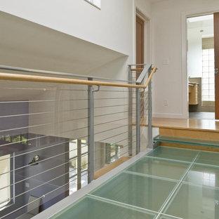 Inspiration pour un couloir design avec un mur blanc et un sol turquoise.