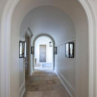 シャーロットの中くらいのトランジショナルスタイルのおしゃれな廊下 (白い壁、トラバーチンの床、ベージュの床) の写真