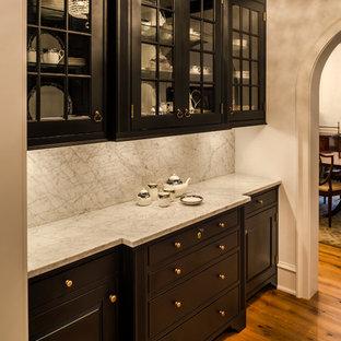 Inspiration för en liten vintage hall, med beige väggar och mellanmörkt trägolv