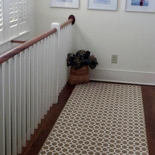 Réalisation d'un couloir champêtre de taille moyenne avec un mur blanc et un sol en bois brun.