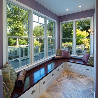 プロビデンスのトランジショナルスタイルのおしゃれな廊下 (紫の壁) の写真