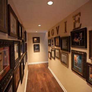 Idées déco pour un couloir classique de taille moyenne avec un mur beige et moquette.