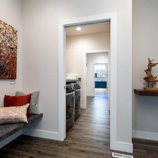 他の地域の中サイズのトランジショナルスタイルのおしゃれな廊下 (ラミネートの床、グレーの壁、茶色い床) の写真