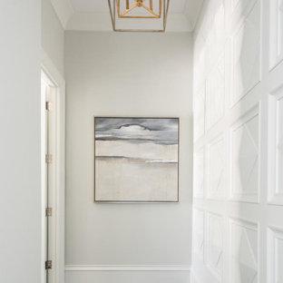 Imagen de recibidores y pasillos mediterráneos, grandes, con paredes blancas, suelo de madera oscura y suelo negro