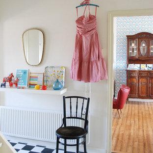 Foto på en eklektisk hall, med vita väggar och flerfärgat golv