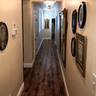 ラスベガスのトラディショナルスタイルのおしゃれな廊下 (ベージュの壁、ラミネートの床、茶色い床) の写真
