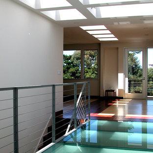 Idées déco pour un couloir moderne avec un sol turquoise.