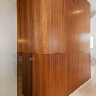 Стильный дизайн: коридор среднего размера в стиле модернизм с светлым паркетным полом, бежевым полом и белыми стенами - последний тренд