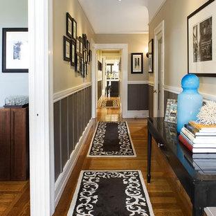 サンフランシスコのトラディショナルスタイルのおしゃれな廊下 (ベージュの壁、無垢フローリング、茶色い床) の写真