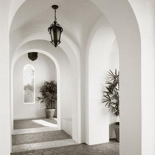 マイアミの地中海スタイルのおしゃれな廊下の写真