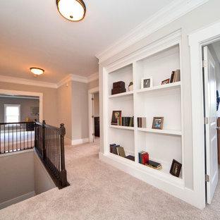 Foto di un grande ingresso o corridoio classico con pareti grigie e moquette