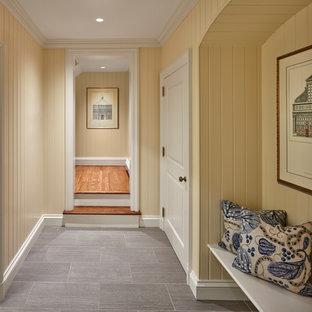 Источник вдохновения для домашнего уюта: коридор среднего размера в классическом стиле с желтыми стенами, полом из керамической плитки и серым полом