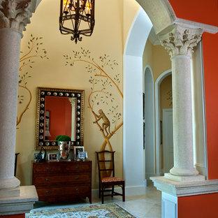 Esempio di un ingresso o corridoio tradizionale con pareti arancioni e pavimento bianco