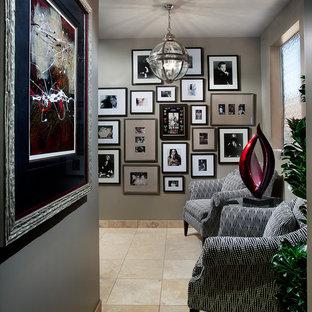 Idées déco pour un couloir contemporain de taille moyenne avec un mur gris et un sol en marbre.
