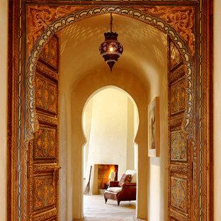 Immagine di un ingresso o corridoio mediterraneo con pareti beige
