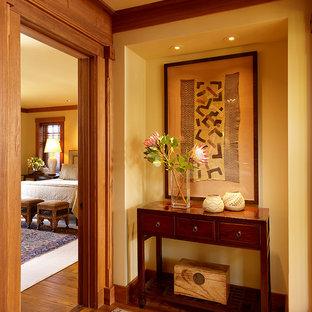 Idéer för en klassisk hall, med beige väggar och mörkt trägolv