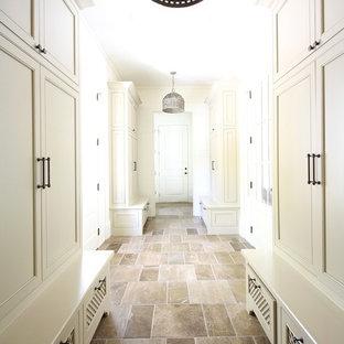 Inspiration för en vintage hall, med vita väggar och skiffergolv