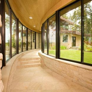 Cette image montre un couloir design avec un mur beige.
