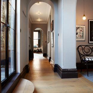Идея дизайна: коридор в классическом стиле с белыми стенами, оранжевым полом и светлым паркетным полом