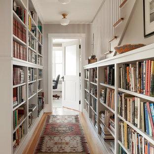 Foto de recibidores y pasillos costeros con paredes blancas y suelo de madera en tonos medios