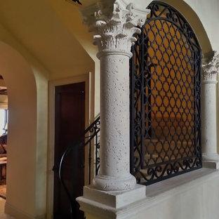 マイアミの中サイズの地中海スタイルのおしゃれな廊下 (ベージュの壁、ライムストーンの床) の写真