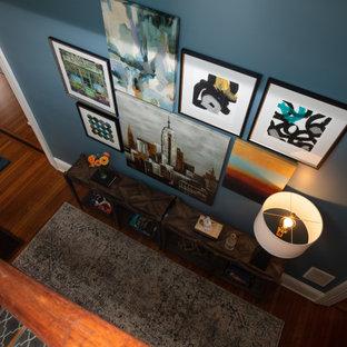 Foto på en funkis hall, med blå väggar, plywoodgolv och brunt golv