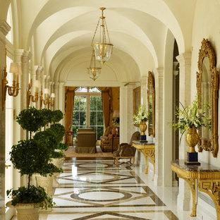Idee per un ampio ingresso o corridoio classico con pareti bianche, pavimento in marmo e pavimento bianco