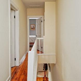 Modelo de recibidores y pasillos clásicos, pequeños, con paredes beige, suelo de madera en tonos medios y suelo marrón