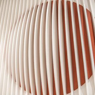 Ispirazione per un ingresso o corridoio minimalista di medie dimensioni con pavimento bianco e pareti arancioni