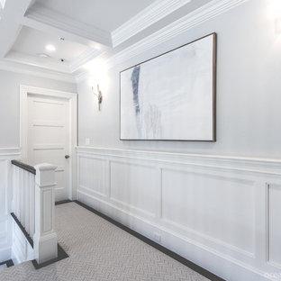 Idées déco pour un grand couloir classique avec un mur gris et moquette.