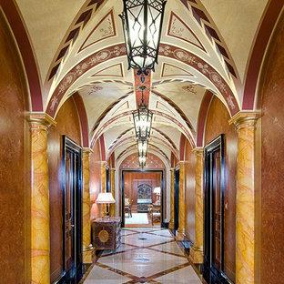 Réalisation d'un grand couloir tradition avec un mur rouge et un sol en marbre.