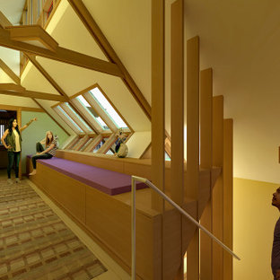 Exempel på en stor klassisk hall, med flerfärgade väggar, mellanmörkt trägolv och gult golv