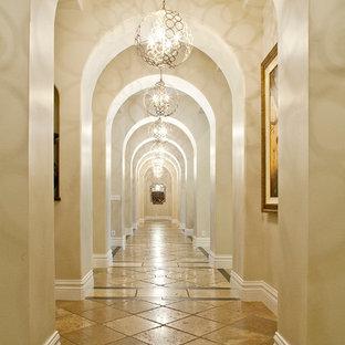 Idéer för stora vintage hallar, med beige väggar, travertin golv och brunt golv