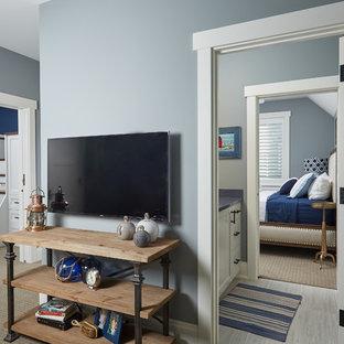 Ispirazione per un ingresso o corridoio classico di medie dimensioni con pareti blu e moquette
