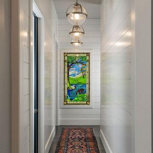 Idéer för en mellanstor klassisk hall, med vita väggar, mörkt trägolv och brunt golv